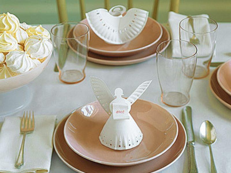 Como enfeitar a mesa de Natal: anjinhos com pratos de papelão