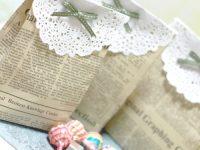 Embrulhos delicados feitos com jornal