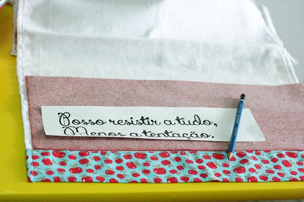 Faça o donwload das frases nos links abaixo, imprima e use o lápis e um carbono para transferir para o tecido. Depois, com a caneta para tecido, escreva diretamente na saca. Antes de usar deixe secar por 48 horas e está pronta para uso.