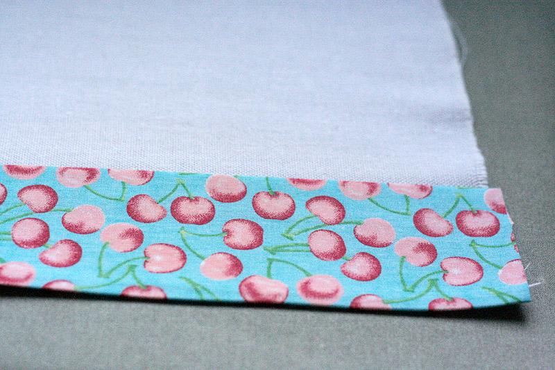 Vire a parte de cima do tecido estampado e faça uma dobra para dentro.