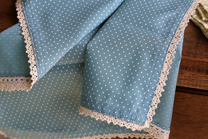 ...ou essa rendinha linda em algodão. Alinhave a renda junto à bainha, antes de passar a costura.