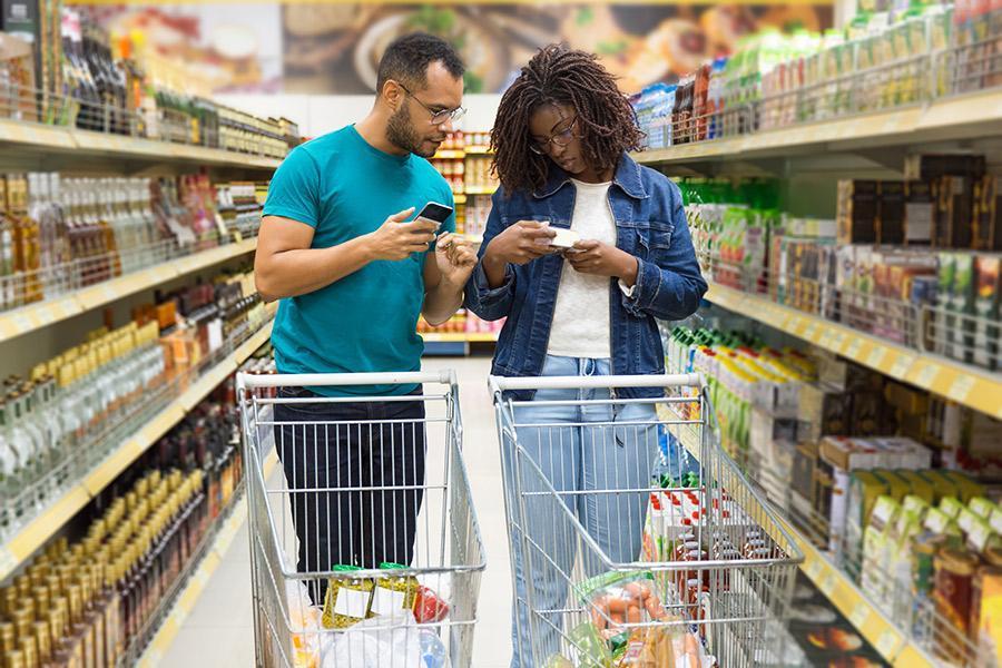 casal comprando no supermercado