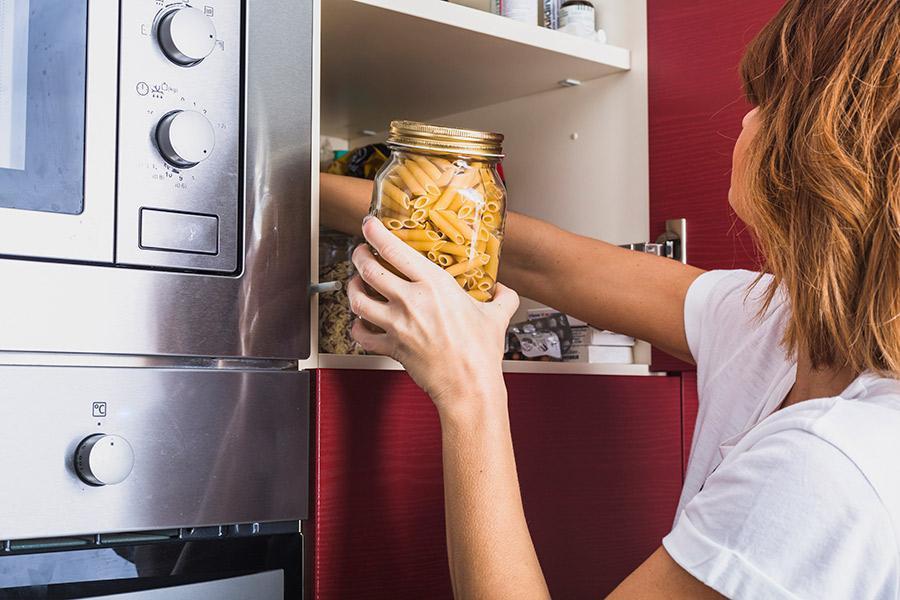 Economia doméstica - mulher estocando alimento