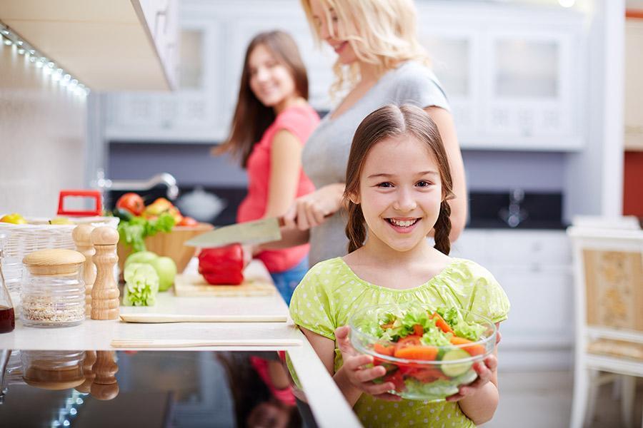 criança com uma salada