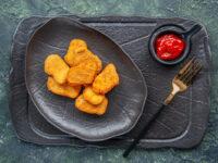 Nuggets caseiros: vai do freezer direto para o forno