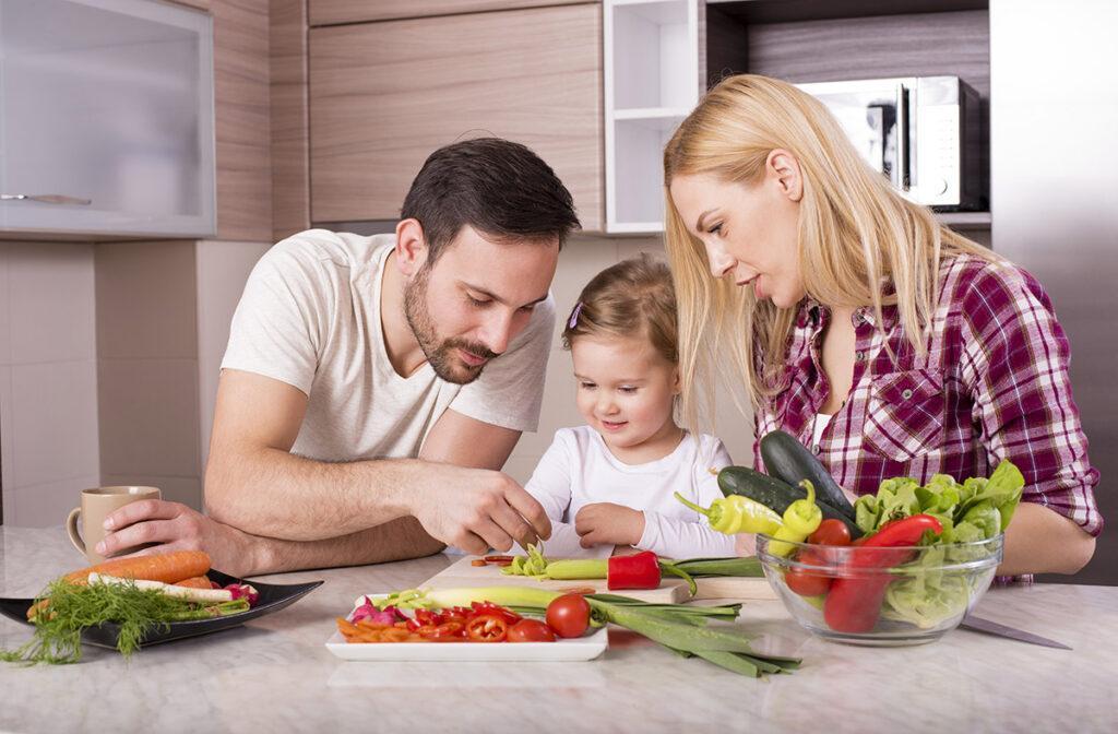 economia doméstica família cozinhando
